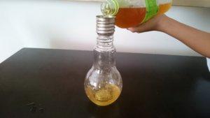 緑茶を注ぐ 電球ソーダの容器